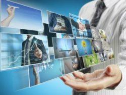 un homme tenant des sortes d'écran avec pleins d'images différentes