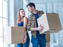 Jeune couple emménageant dans une maison.