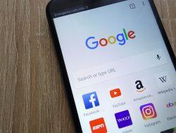 Téléphone cellulaire avec les applications Google, Facebook, YouTube, Amazon, Yahoo, Instagram.