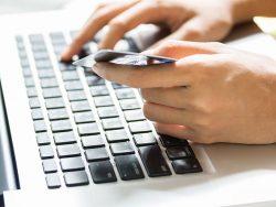 Personne effectuant un achat par carte de crédit en ligne.