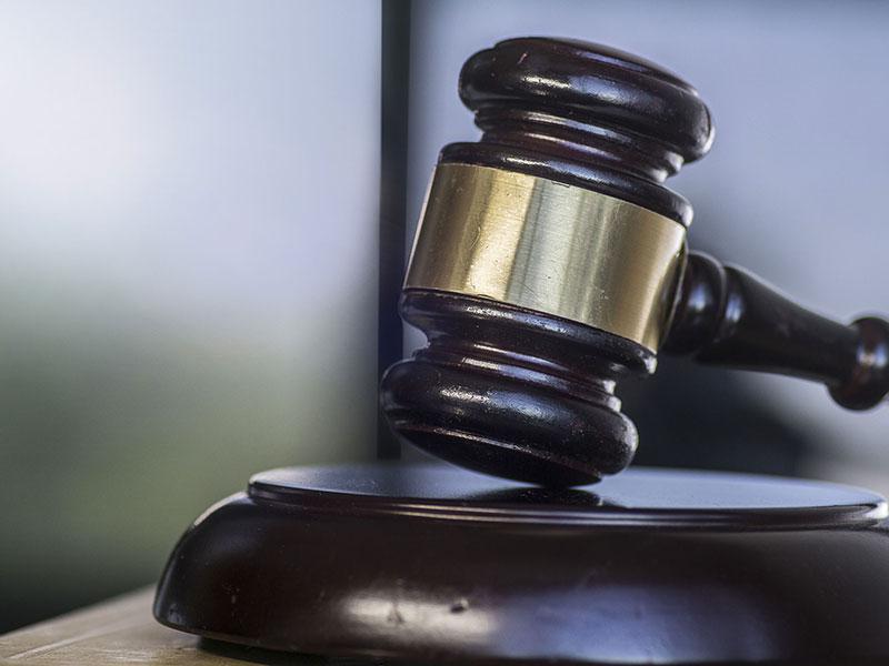 Un marteau de justice sur un bureau.