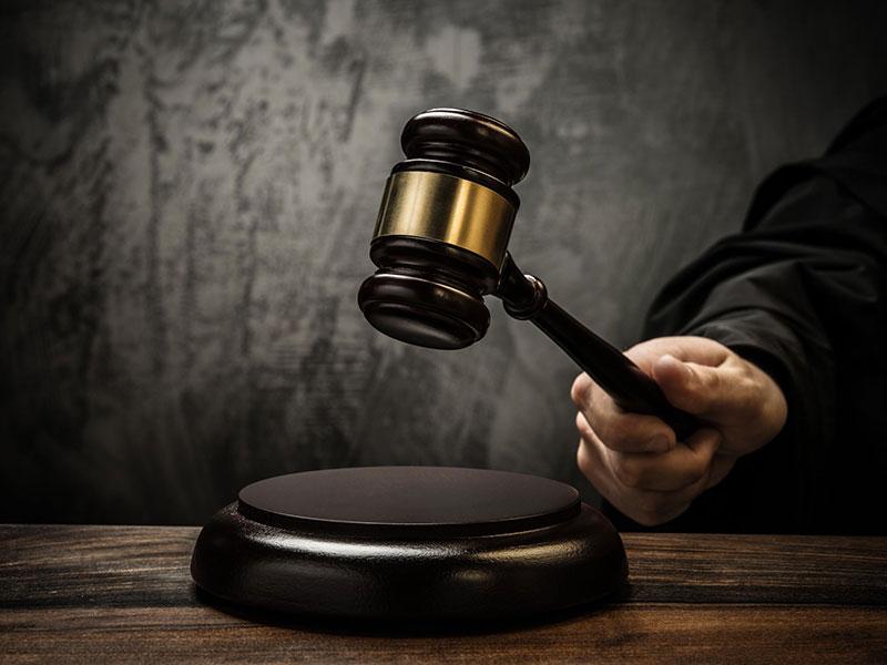 Juge donnant son verdict à la cour.