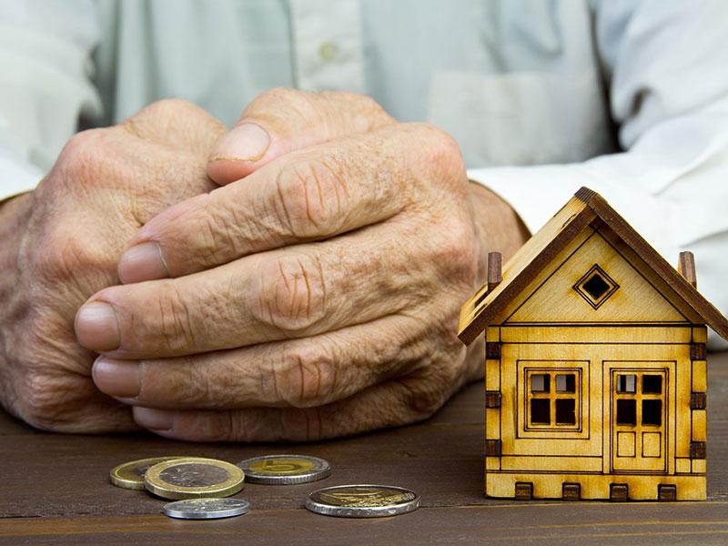 Plan rapproché des mains d'une personne âgée.