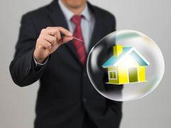 Homme s'apprêtant à faire éclater, au moyen d'une aiguille, une bulle à l'intérieur de laquelle se trouve une maison.
