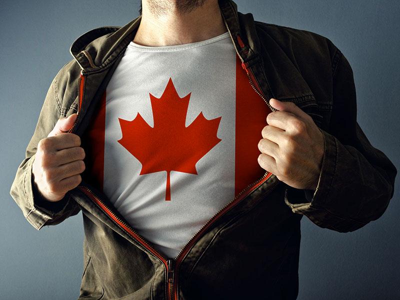 Homme portant un chandail avec le drapeau du Canada.