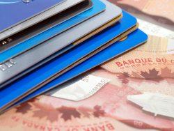 Cartes de crédits et billet de 50 $ canadien.