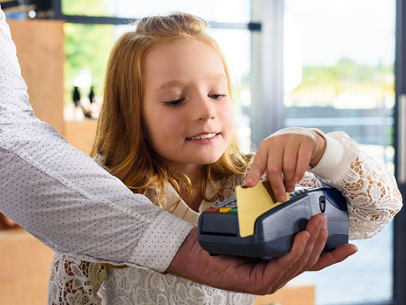 Enfant payant avec une carte de crédit.