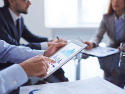 Investisseurs discutant dans un bureau.