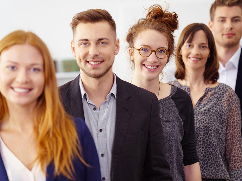 Jeunes professionnels souriants.