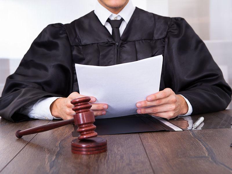 Juge au tribunal