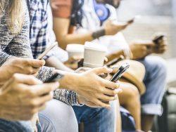 Jeunes consultant leur téléphone intelligent