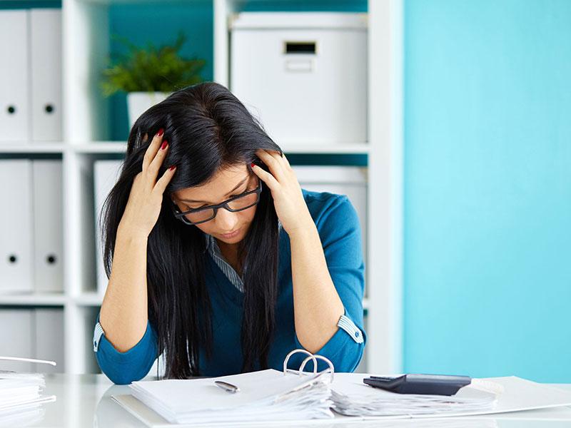 Employée vivant un stress financier
