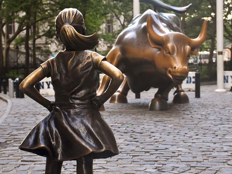 Fearless Girl, la statue de bronze d'une petite fille, sur Wall Street, à New York.
