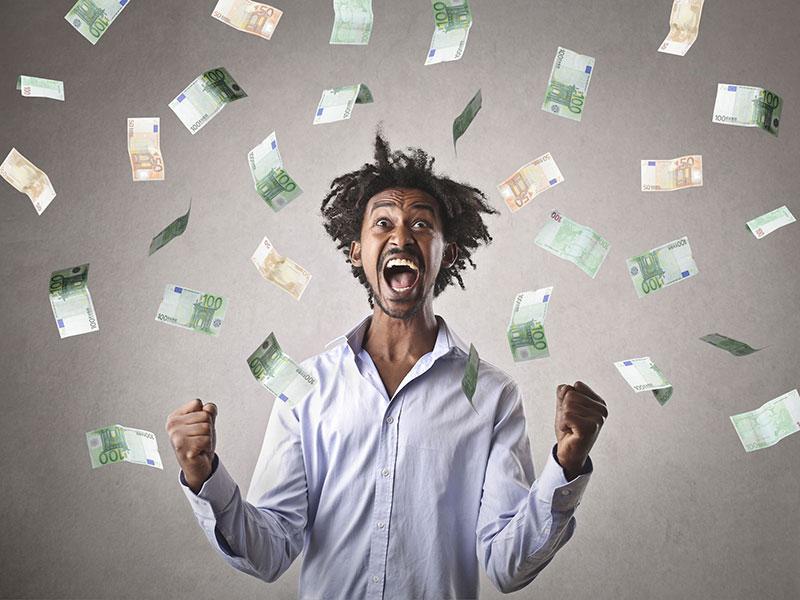 Homme heureux entouré de billets de banque tombant du ciel.