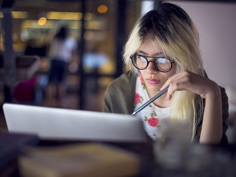 Jeune femme travaillant sur son ordinateur portable.