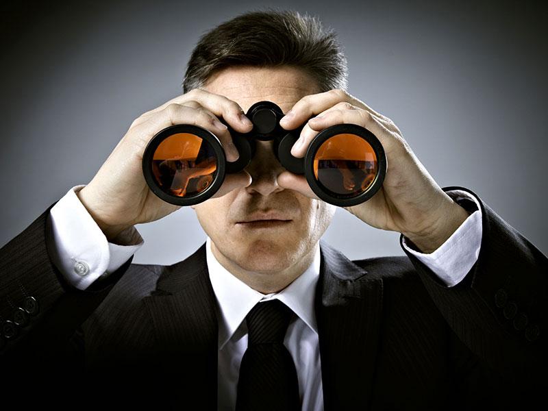 Homme d'affaire avec des longues-vues.