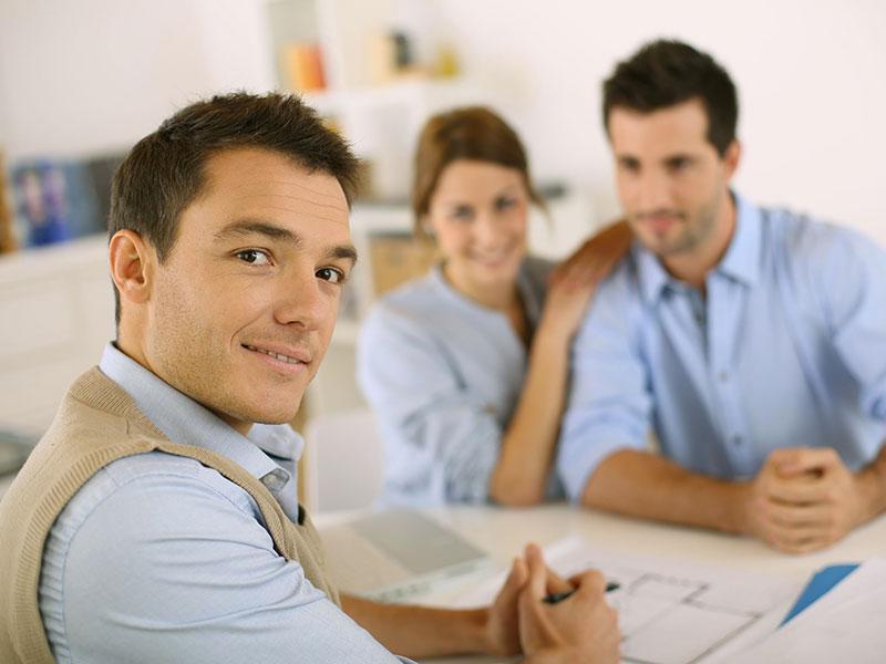 Conseiller en services financiers en compagnie d'un couple de clients.