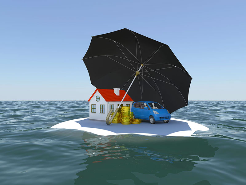 Maison, voiture et parapluie flottant en mer, sur un radeau.