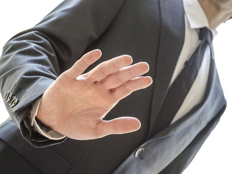 Homme d'affaires refusant de la main.