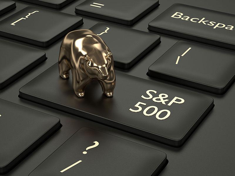 Ours miniature sur une touche de clavier d'ordinateur sur laquelle est inscrit S&P 500.