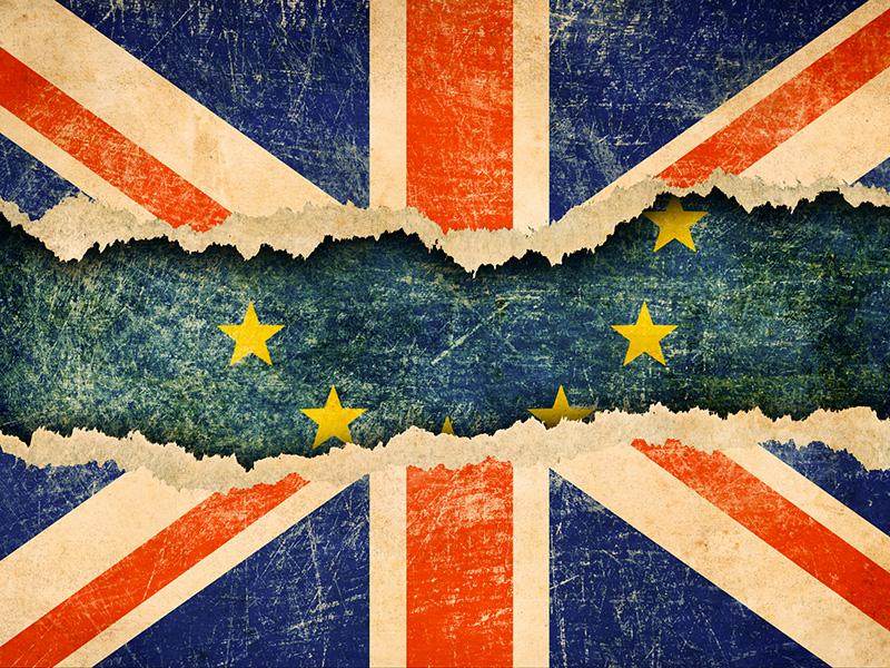 Drapeau du Royaume-Uni déchiré au centre et laissant entrevoir celui de l'Union européenne.
