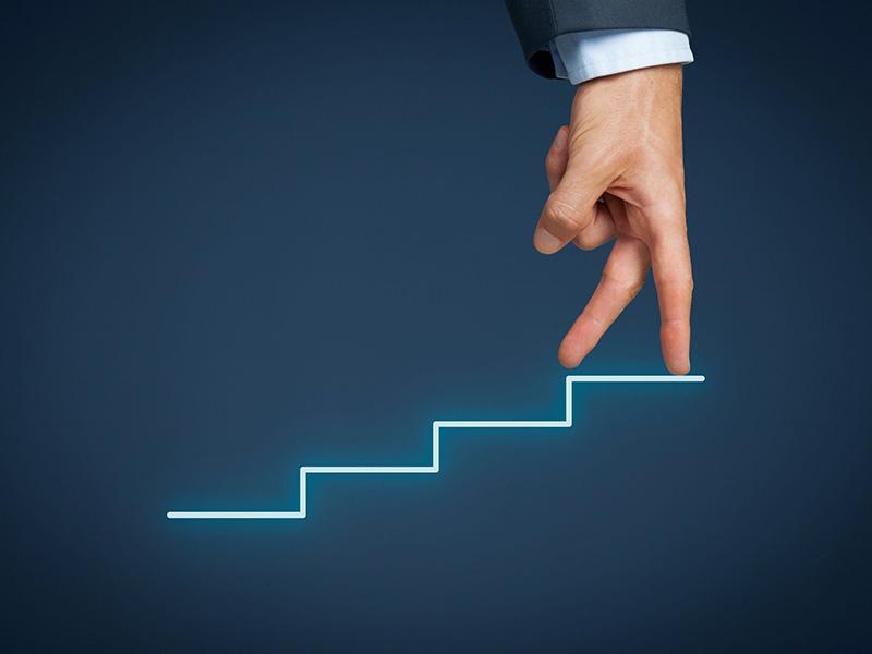 Doigts d'une main grimpant un escalier.