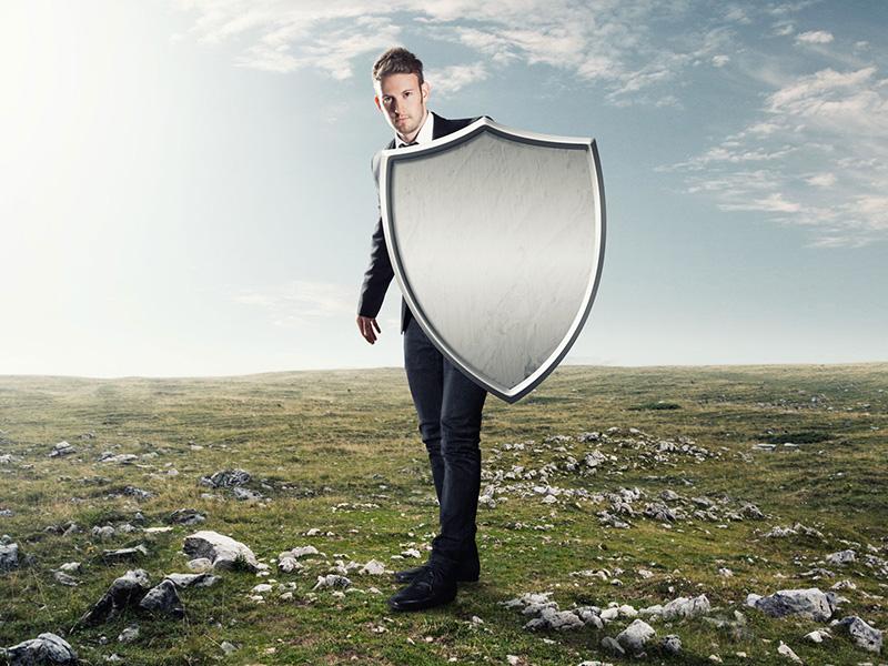Homme se protégeant avec un bouclier.