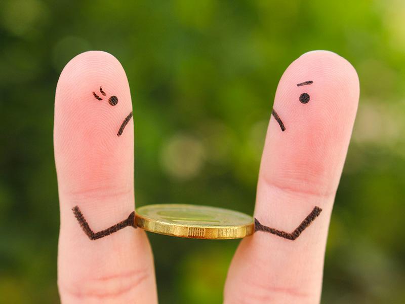Deux doigts se disputent un dollar.
