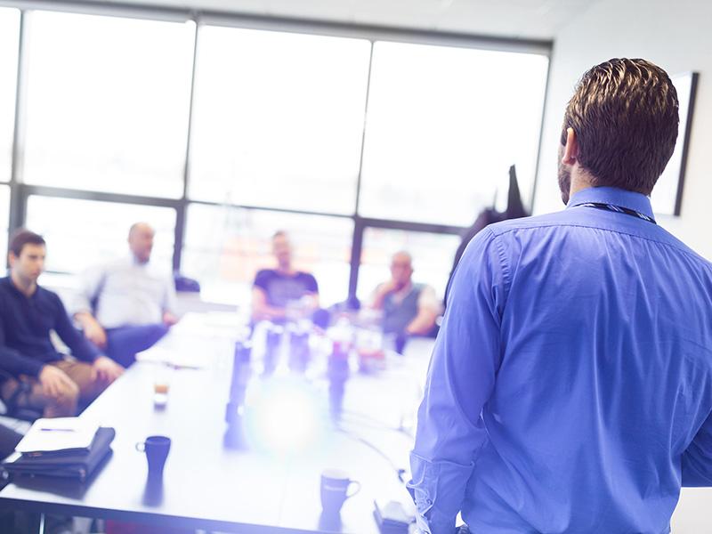 Formateur donnant un cours à des professionnels.