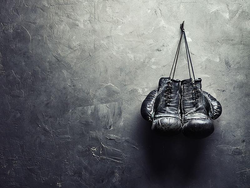 Gants de boxe accrochés au mur.