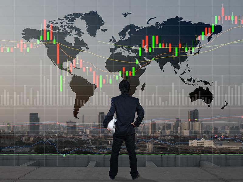 Homme d'affaires se tenant devant une représentation du monde.