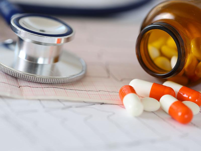 Stéthoscope et médicaments.