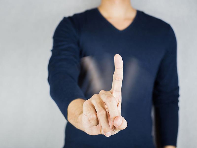 Refuser en effectuant un geste avec l'index.