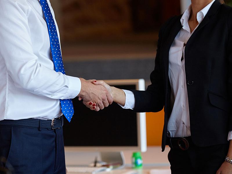 Poignée de main entre un homme et une femme.