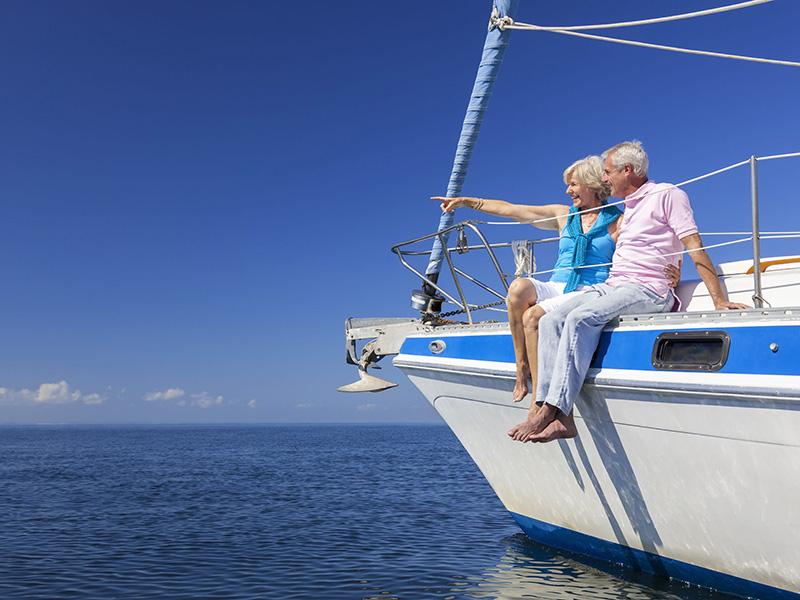 Couple de retraités à bord d'un yacht.