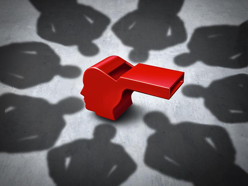 Les ombres de huit personnes encerclent un sifflet rouge.