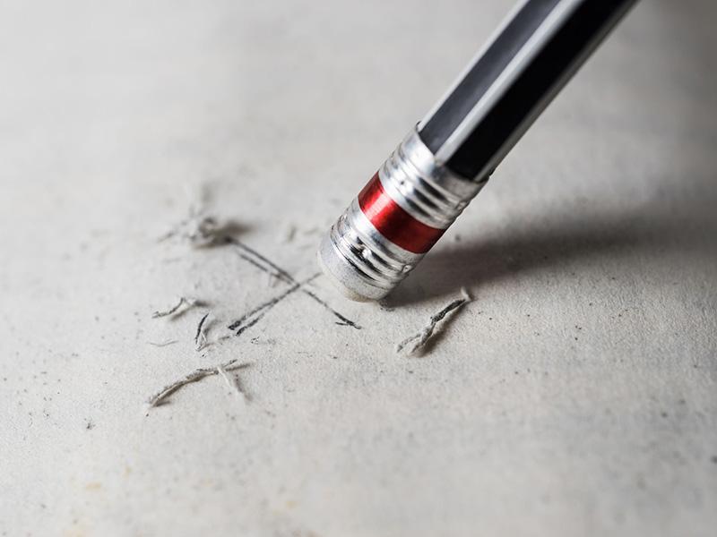 """Effacer un """"x"""" à l'aide d'une efface au bout d'un crayon."""