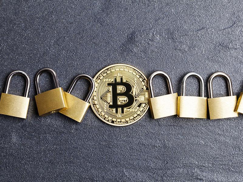 Bitcoin entouré de cadenas.