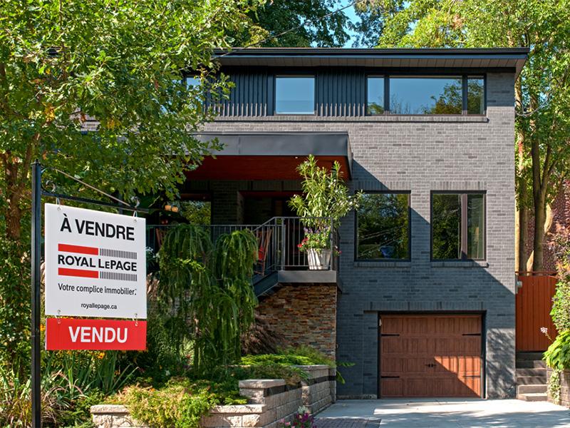 Maison à deux étages avec une affiche « À vendre » de Royal Lepage.