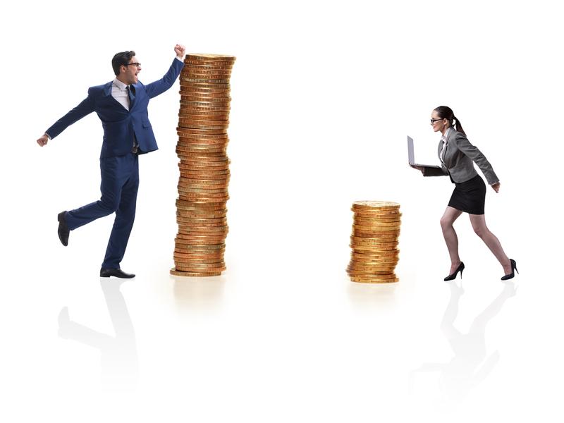 une femme et un homme d'affaire courant chacun vers un tas de pièces. Celui de la femme est bien plus petit que celui de l'homme.