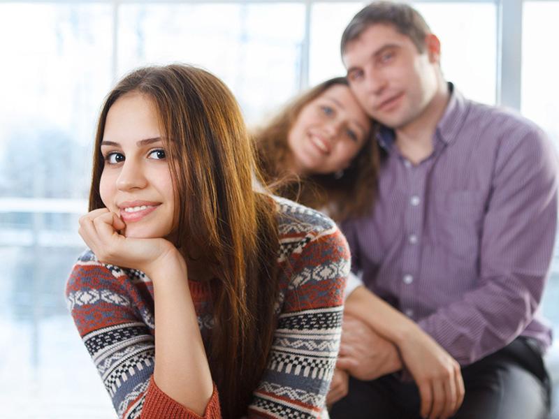 Adolescente et ses parents.