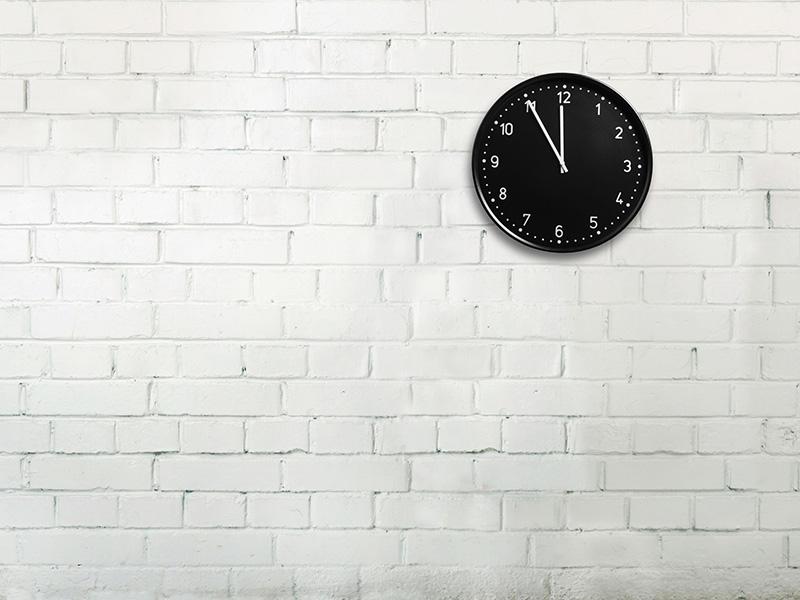 Horloge sur un mur de briques.