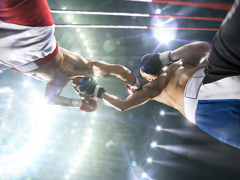 Deux boxeurs sur un ring.