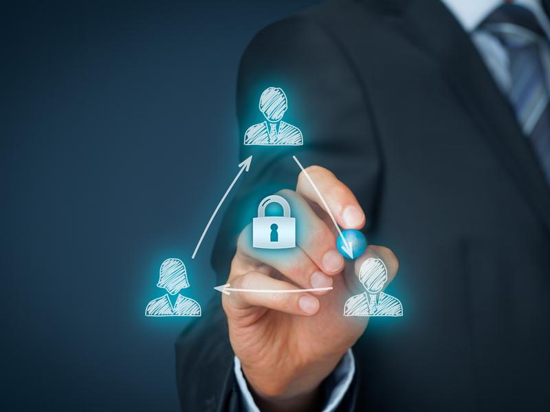 réseau de personnes autour d'un cadenas, symbole de protection des données