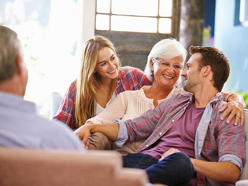 Jeunes adultes et leurs parents.