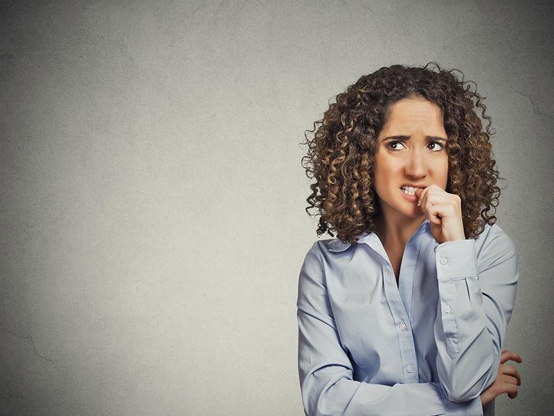 Femme nerveuse se rongeant les ongles.