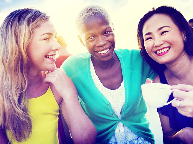 Trois femmes d'origine ethnique différente.