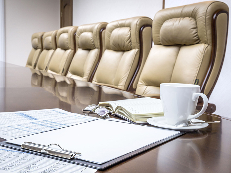 Salle de conférence avec chaises.