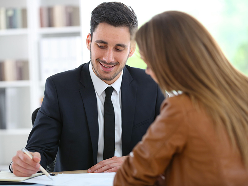 Un conseiller expliquant son plan financier à une cliente.