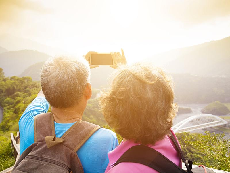 Couple de retraités en randonnée.